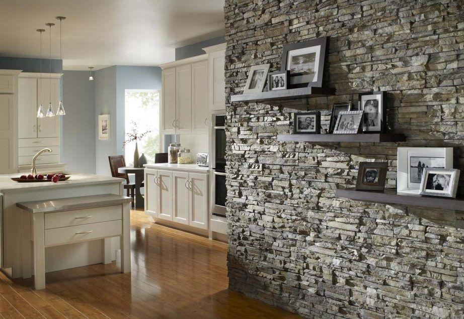 интерьер кухни с каменной отделкой