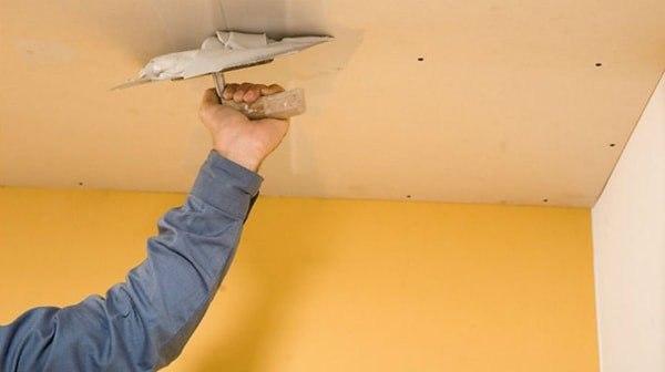 Заделывание швов в потолке